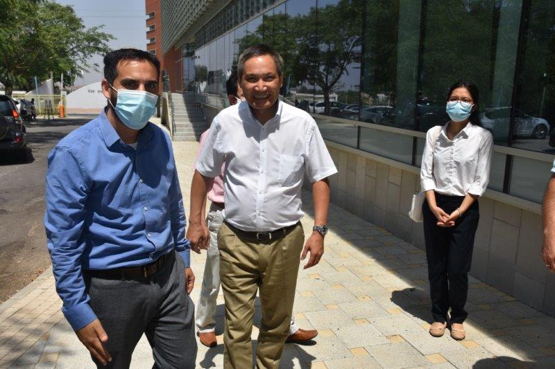 הונג שגריר וייטנאם ואיציק עמר ראש היחידה להתפתחות מקצועית. צילום: שמעון סעדה